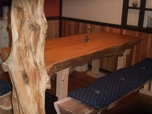 入口の6人掛けテーブル